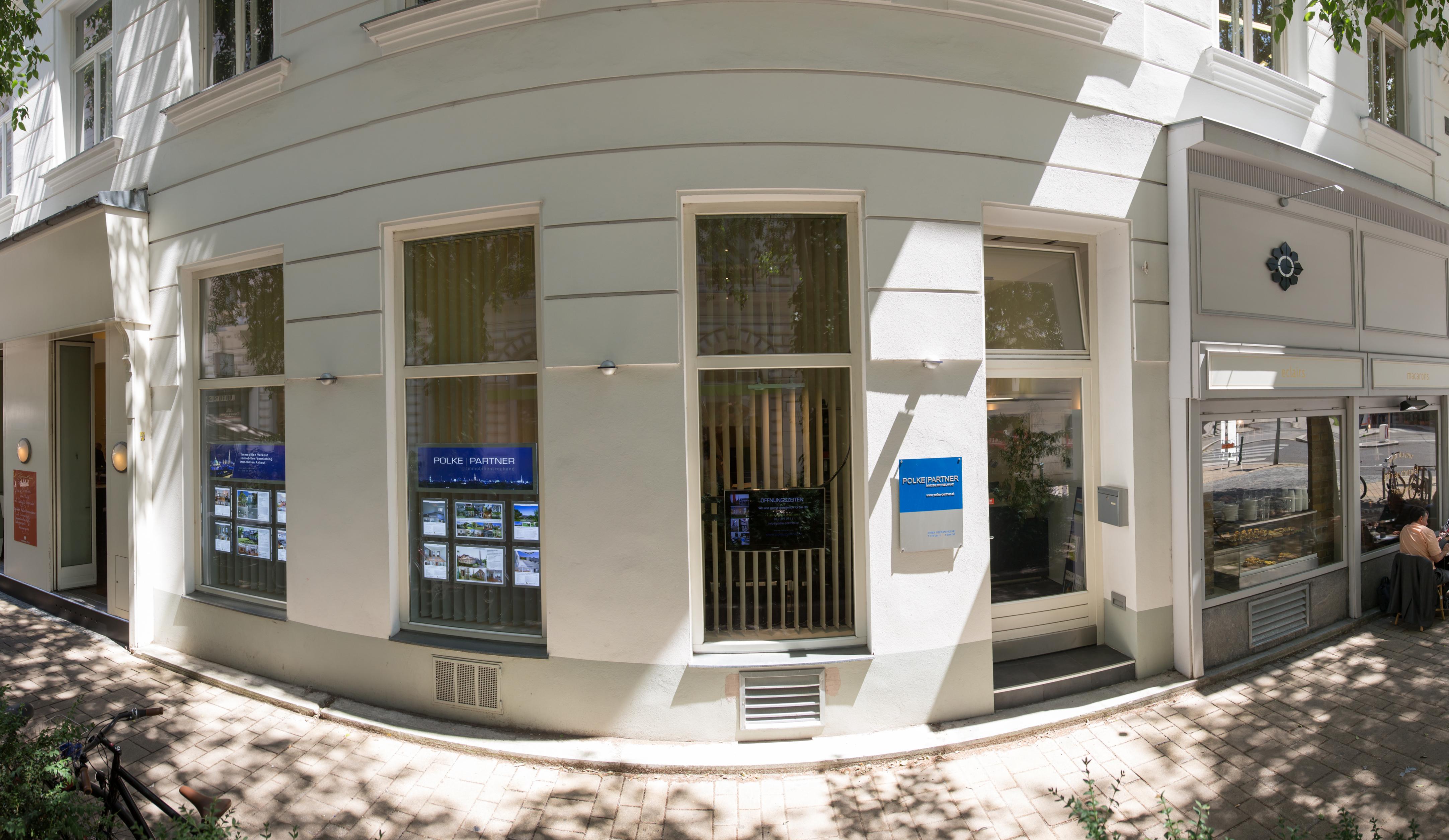 Hausecke Sevitengasse/Bergasse mit den Auslagefenstern und dem Eingang des Büros von Polke und Partner
