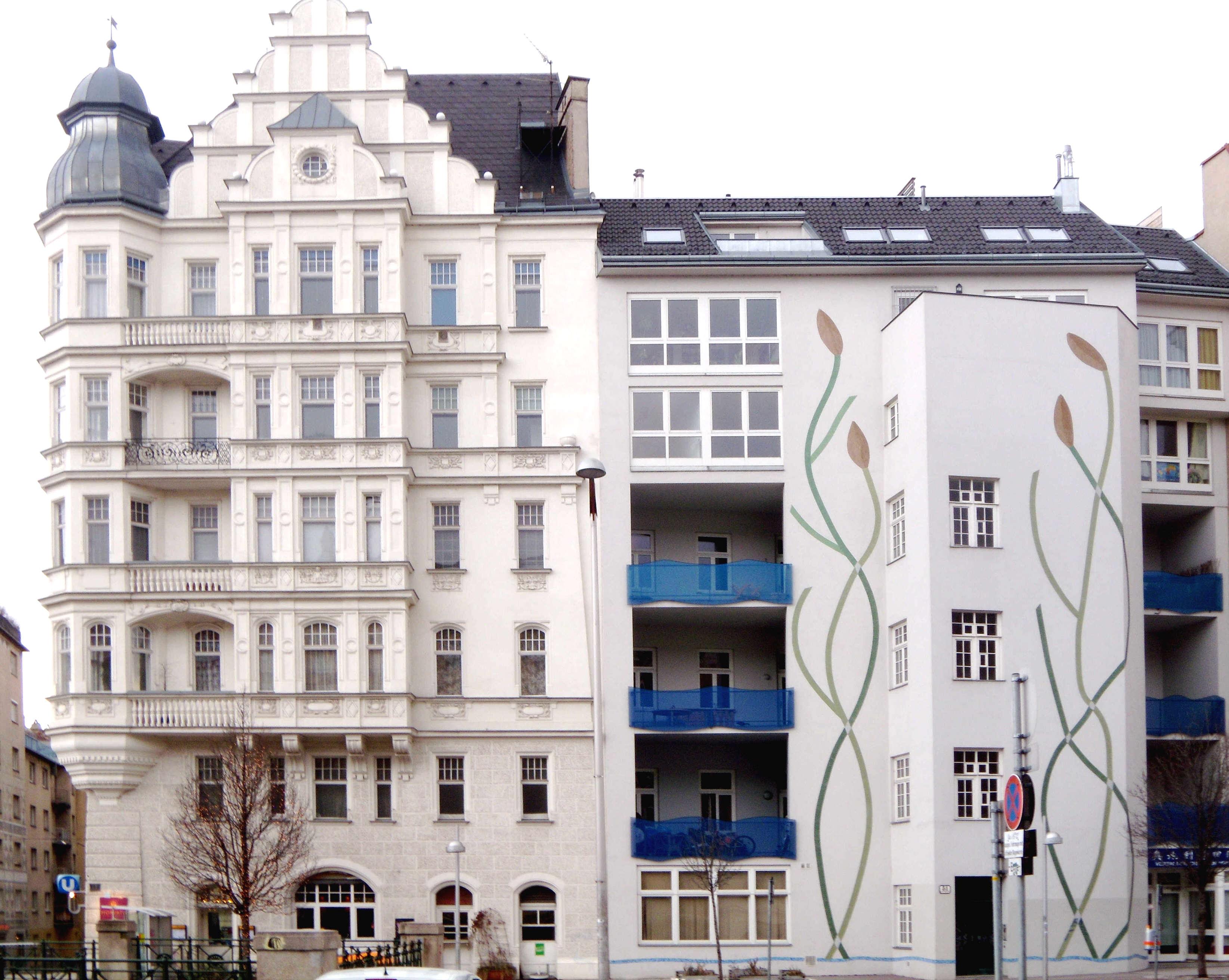 Zwei Mehrfamilien-Häuser, eines klassizistisch, das andere modern
