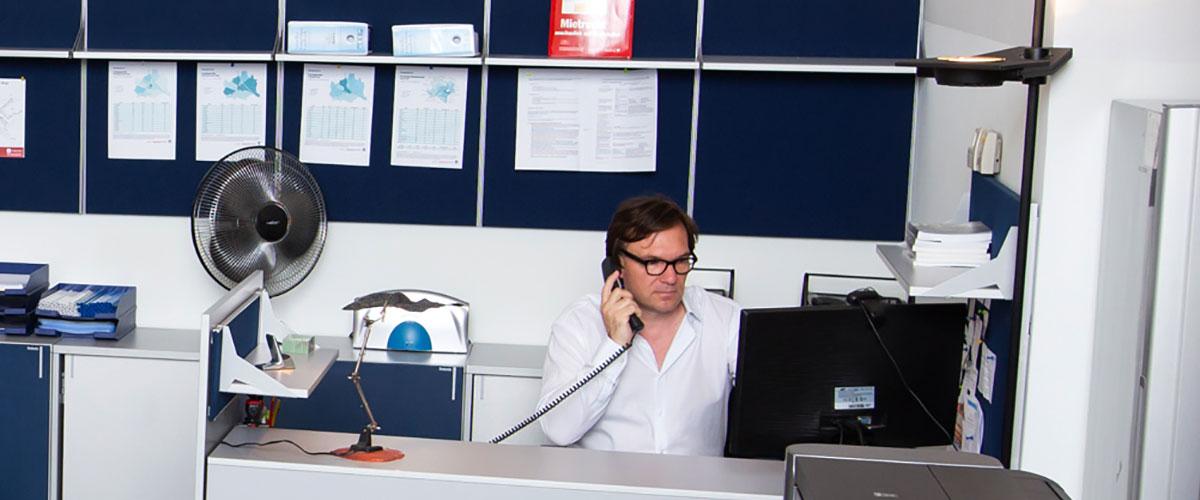 Stefan Polke im Büro vor dem Bildschirm bei der telefonischen Recherche.