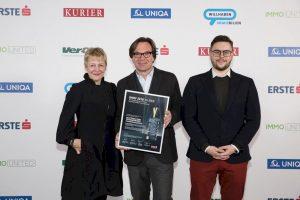 Architektin DI Marai Peer, Stefan Polke und Philipp Sima mit der IMMY-Gewinnerurkunde, die Stefank Polke in den Händen hält.